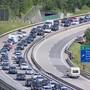 Nach monatelanger Grenzschliessung zieht es die Schweizerinnen und Schweizer zu Beginn der Sommerferien in den Süden. Vor dem Gotthardtunnel stauten sich am Samstagmorgen die Autos.