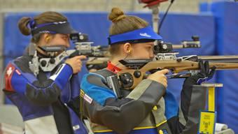 Die jungen Aargauer Gewehrschützinnen Selina Koch (vorne) und Chiara Leone (hinten) schossen am Schweizer Verbandsmatch in Bern je ein Topresultat.