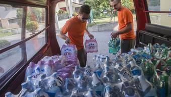 5000 Menschen müssen im Tessin bei sommerlichen Temperaturen weiterhin ohne Trinkwasser ausharren. Helfer des Zivilschutzes sind deshalb fast pausenlos im Einsatz.