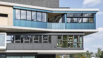 Man sieht es ihr nicht unbedingt an, aber die blaugrüne Fassade liefert Strom und warmes Wasser.
