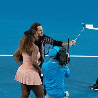 Ein Selfie für die Ewigkeit: Serena Williams und Roger Federer nach ihrem ersten Duell auf dem Tennisplatz