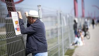 Bekannte treffen sich an der Grenze zwischen dem deutschen Konstanz und Kreuzlingen in der Schweiz, aufgenommen am Sonntag, 5. April 2020, in Kreuzlingen. Nachdem sich Menschen am ersten an der Landesgrenze installier