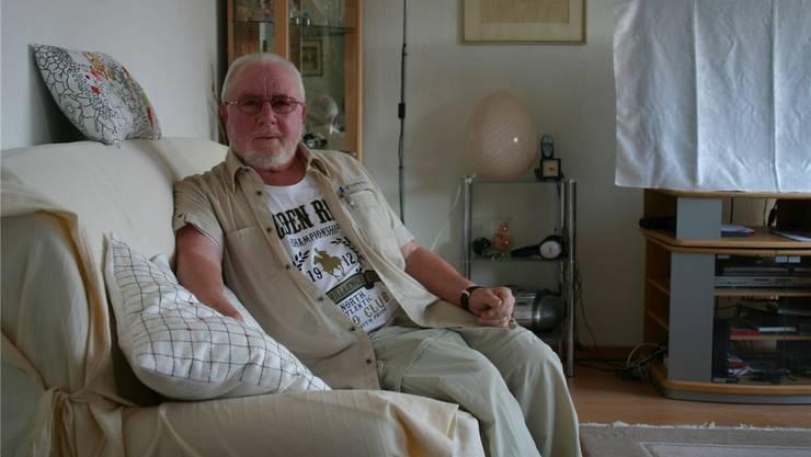 Der bald 80-jährige Wolfgang Honold in seiner Fahrweider Wohnung: Sein Erstlingswerk hat es in sich. Alex Rudolf