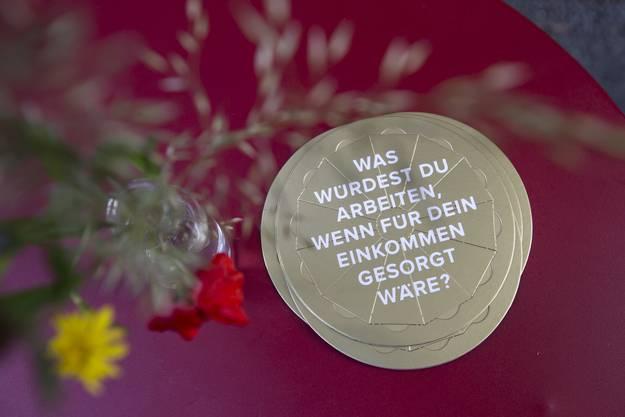 Ein Flyer lieght auf einem Tisch am Abstimmungsfest der Initianten der Grundeinkommensinitiative im ''Unternehmen Mitte'' in Basel.