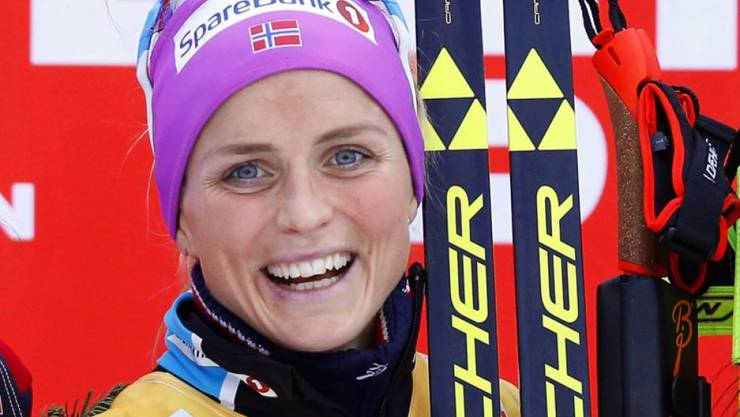 epa05055282 Norway's Therese Johaug smiles on the podium after winning the women's Skiathlon race of the Cross Country Skiing World Cup in Lillehammer, Norway, 05 December 2015. EPA/TERJE PEDERSEN NORWAY OUT
