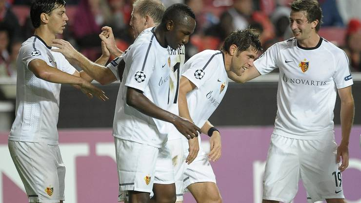 FCB-Torschütze Benjamin Huggel beglückwünscht von seinen Teamkollegen