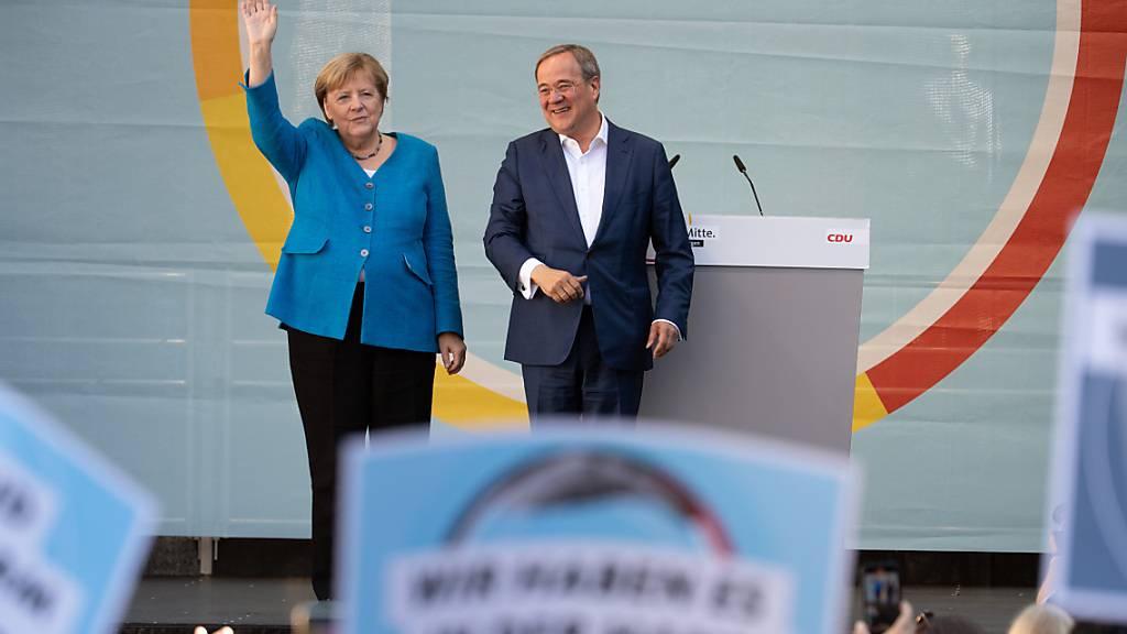 Schlussspurt zur Bundestagswahl: Merkel wirbt nochmal für Laschet