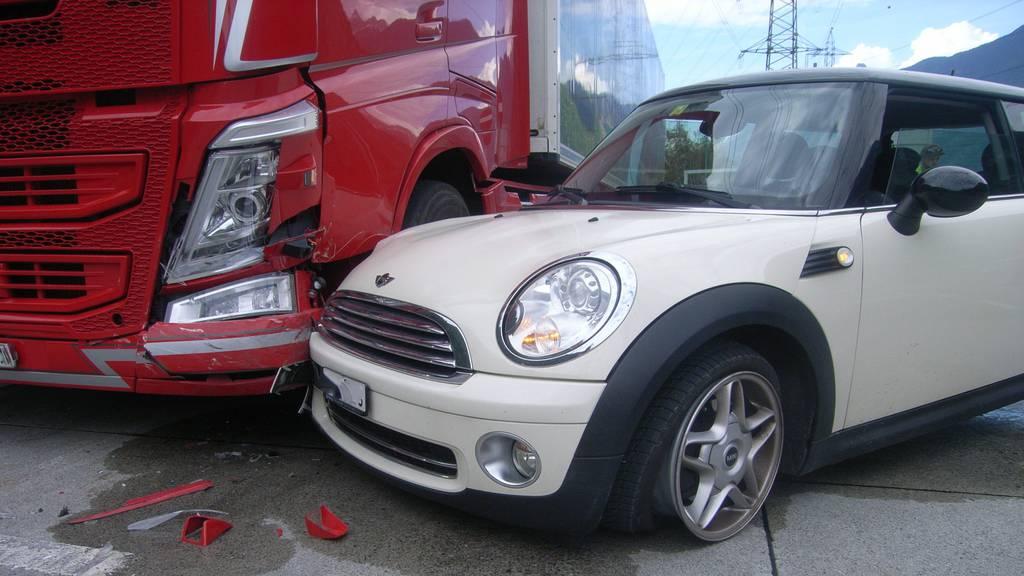 Stopp-Schild missachtet und Mini Cooper gerammt