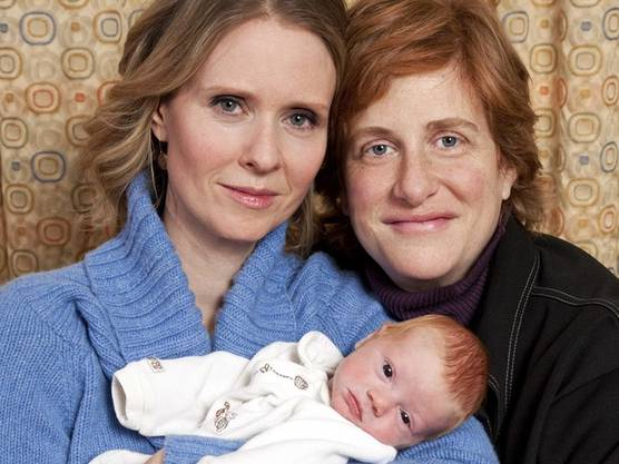 Seit 2004 lebt Cynthia Nixon mit Christine Marinoni zusammen. Söhnchen Max Ellington kam im Frühjahr 2011 zur Welt. Nixon und Marioni heirateten 2012.