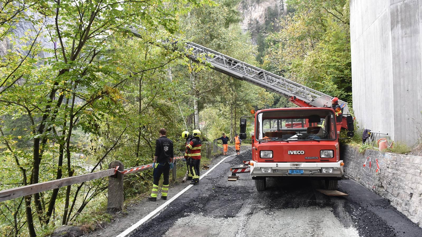 Die Feuerwehr Thusis barg den Verletzten mit einer Autodrehleiter.
