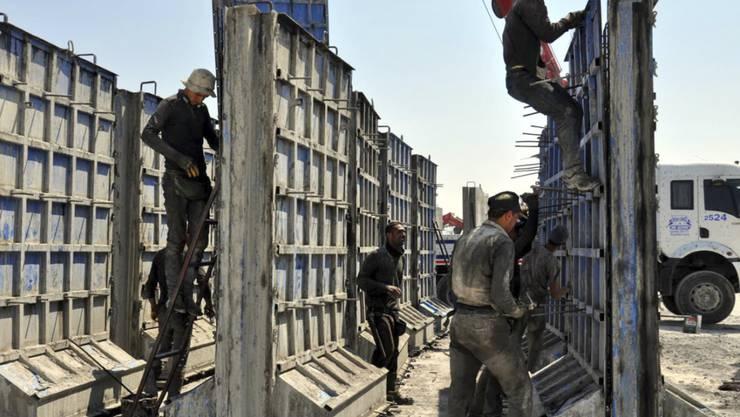 Die Türkei errichtete bereits 2015 an der Grenze zu Syrien eine Meterhohe Mauer aus Betonelementen. (Archivbild)