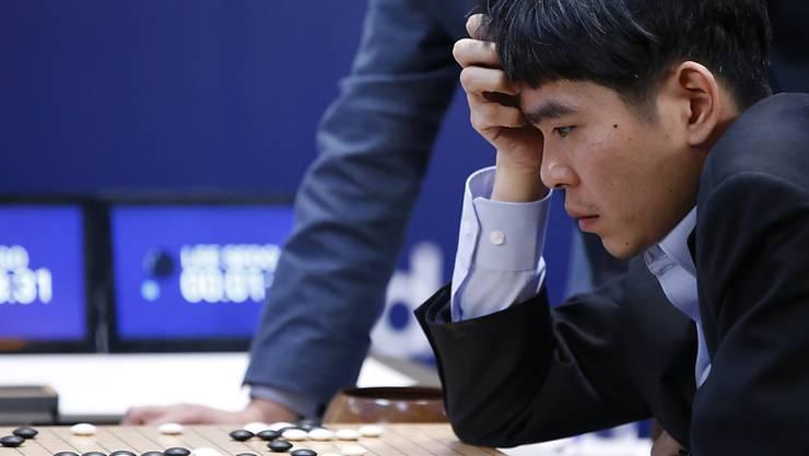 Er hatte keine Chance gegen den Computer: Der südkoreanische Weltklassespieler Lee Sedol verlor auch die dritte Partie gegen das Programm AlphaGo.