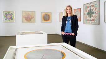 Stiftungsratspräsidentin Karin Kägi mit Zeichnungen der Heilerin im Emma-Kunz-Zentrum in Würenlos.