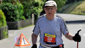 Fast zu warm: Der 83-jährige Hans Behounek aus Pratteln am Samstagnachmittag unterwegs in der prallen Sonne. Foto: Hans Ulrich Mülchi