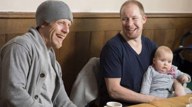 Zwei Typen, die sich blendend verstehen: Reto von Arx (links) und Mathias Seger, der sein Töchterchen Elisa (9 Monate) mit zum Interviewtermin gebracht hat. Foto: Alex Spichale