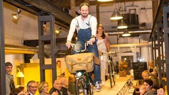 Velofahren darf man nur auf der Strasse? Ach was, wie diese Szene der Designmesse «machART Basel» beweist.