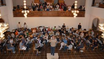 Die Stadtjugendmusik und der Schülerchor proben gemeinsam.