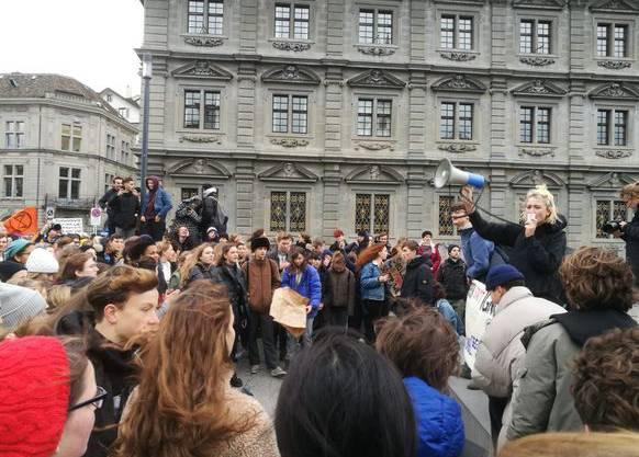 Schlusskundgebung vor dem Rathaus.
