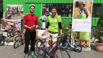 «Wir wurden total überrannt»: Karin Bertschi freut sich mit Vincent Suter von Velafrica über den Erfolg der Aktion.