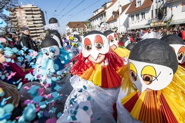 Kinderfasnacht Reinach Umzug 2019: Wunscherschöne bunte Pierrots
