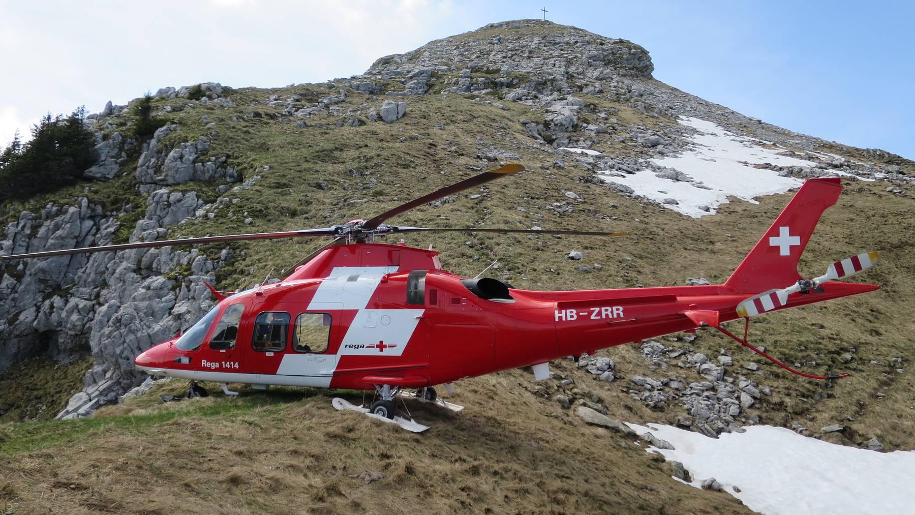 Der Rega-Helikopter steht bereit zur Rettung eines verunglueckten Mannes aus einem alten Stollen des Infanteriewerks Schibenguetsch auf der Schrattenfluh (LU).
