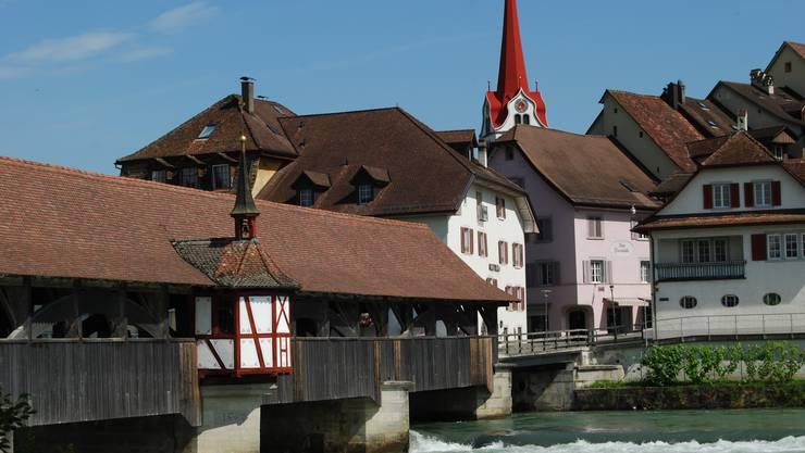 Die gedeckte Holzbrücke über die Reuss wurde 1953 errichtet, hat aber mehrere Vorgänger.
