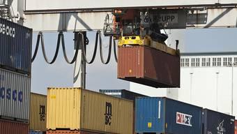 Die schwächelnde Weltwirtschaft bremst die Exportnation Schweiz im laufenden Jahr. Laut den CS-Ökonomen dürfte die Wirtschaft deshalb noch um 1,5 Prozent zulegen statt wie bislang erwartet um 1,7 Prozent. (Themenbild)