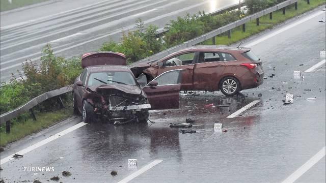 60-Jähriger wird nach Crash von Auto erfasst und stirbt