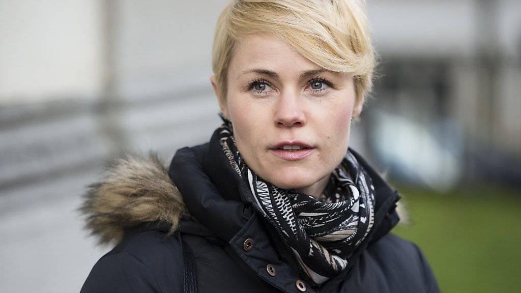 SVP-Nationalrätin Natalie Rickli leitete am Montag eine Kommissionssitzung in Bern. Mitte Woche wird sie sich nach ihrem Wanderunfall in Chile einer zweite Operation unterziehen müssen. (Archivbild)