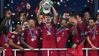 Pepe reckt den Pokal in den Himmel