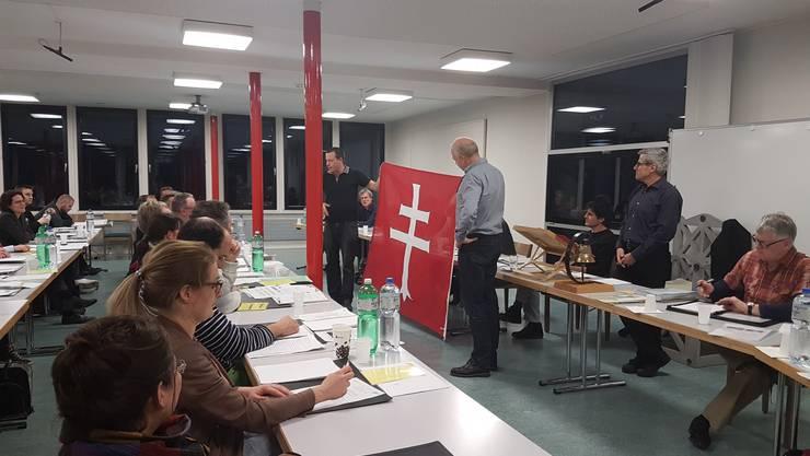 Bernhard Stüssi (SVP, links) hält die Ungarn-Königsfelden-Fahne hoch.