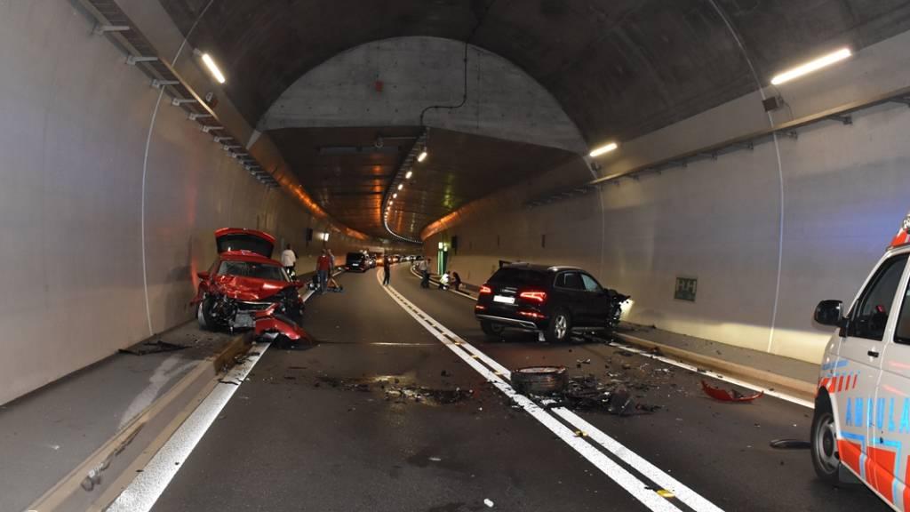 Im Tunnel San Fedele der A13 im Misox sind zwei Autos zusammengestossen. Vier Personen wurden beim Unfall verletzt.