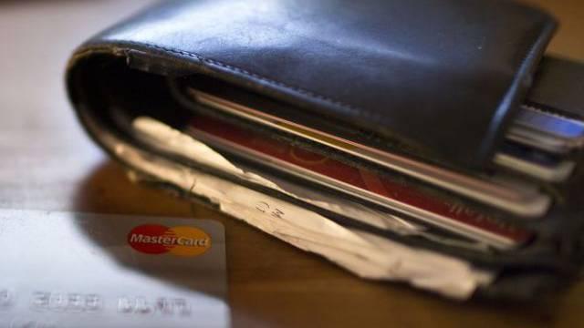 Portemonnaie mit einer Kreditkarte (Symbolbild)