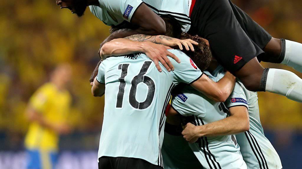 Die belgischen Spieler freuen sich über das späte 1:0