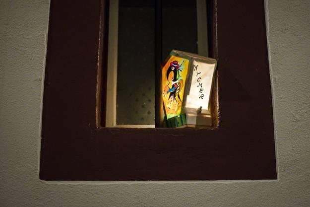 Eine Laterne leuchtet am nicht stattfindenden Morgestraich in Basel.