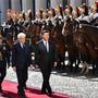 Mit militärischen Ehren: Chinas Staatspräsident Xi Jinping (rechts vorne) zu Gast bei seinem italienischen Amtskollegen Sergio Mattarella (links vorne).