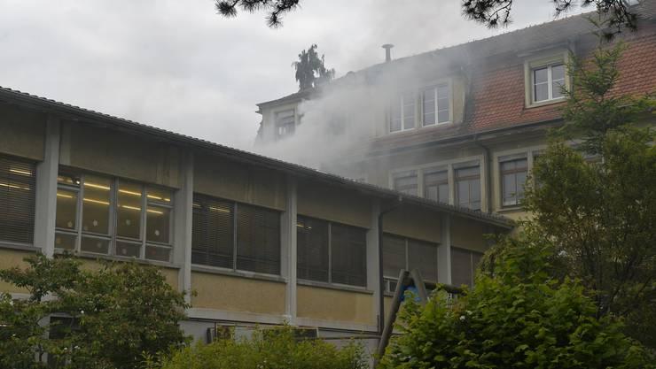 Rauch steigt aus dem Anbau des alten Fabrikgebäudes der ehemaligen Uhrenschalenfabrik Schmitz Frères
