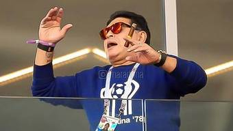 Diego Maradona rauchend im Stadion.