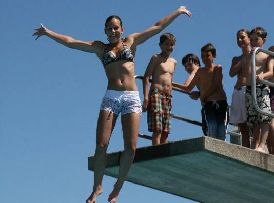 Fun und willkommene Abkühlung beim Turmspringen