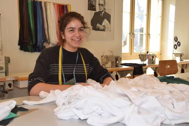 Marianne Simmen hat sich mit einem bekannten Aargauer Klischee beschäftigt und ein Kleid aus weissen Socken hergestellt