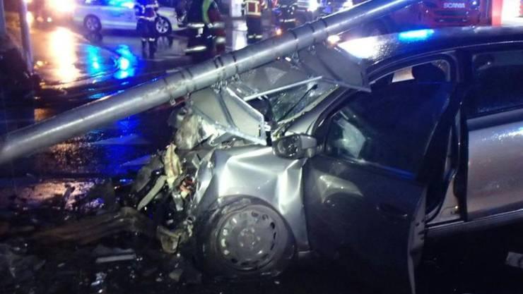 Der 28-jährige Lenker dieses Autos wurde bei einem Selbstunfall in Lupfig AG tödlich verletzt.