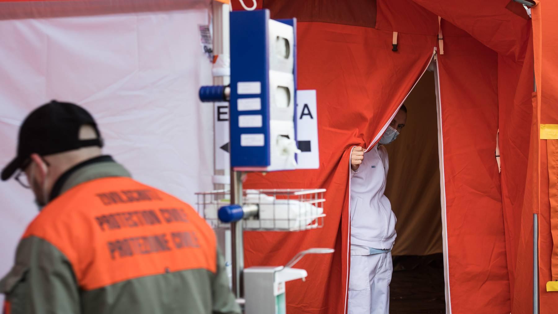Eine Triage-Station vor einer Klinik im Tessin.