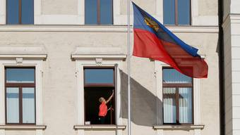 Das Nachbarland der Schweiz verschärft seine Coronaregeln, da die Fallzahlen stark angestiegen sind.