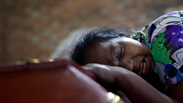 Lalitha weint am Sarg ihrer zwölfjährigen Nichte, welche Opfer des Anschlags in Negombo wurde.