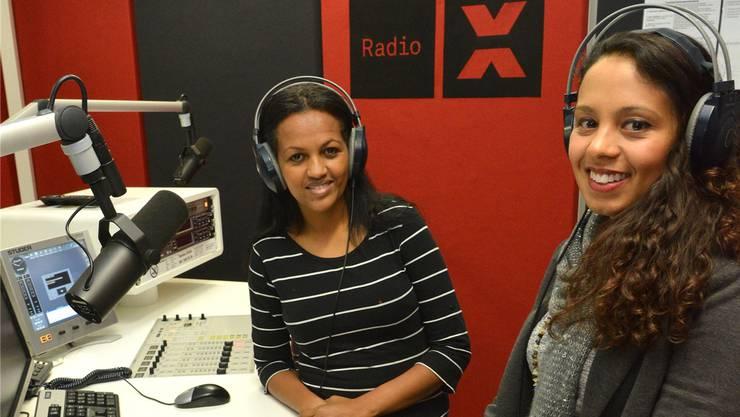 Sendungsmacherin Helen Haile (links) und Projektleiterin Tatiana Vieira im Studio von Radio X, wo die Infobeiträge produziert wurden.