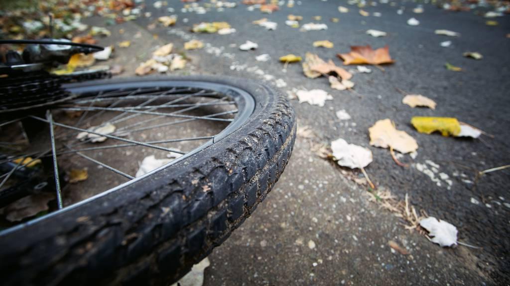 Velofahrerin lebensbedrohlich verletzt – Zuger Polizei sucht Zeugen