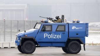 Die Kantonspolizei Zürich hat am Flughafen Kloten schon länger ein Panzerfahrzeug stationiert.