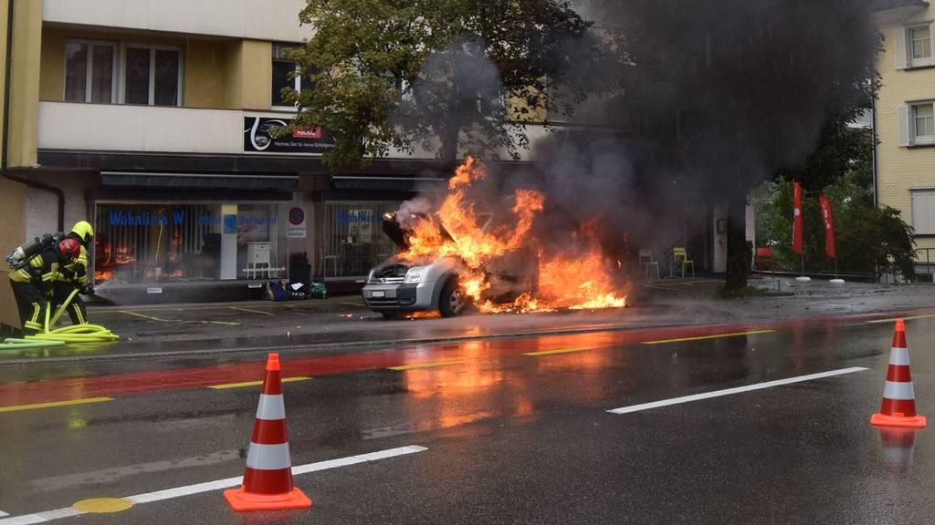 Auto brennt komplett aus – Vater (43) und Sohn (2) unverletzt