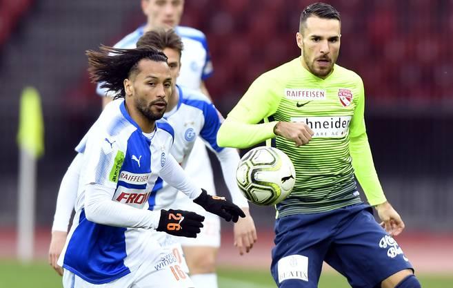 Stürmer FC Thun über die Verteidiger Eray Cömert und Sandro Lauper