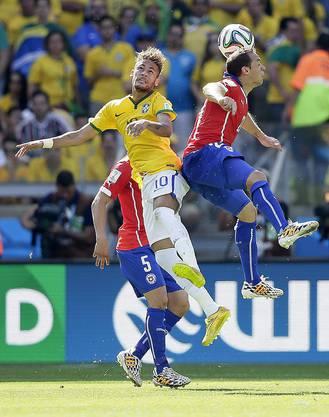 Marcelo Diaz im Kopfballduell mit Superstar Neymar